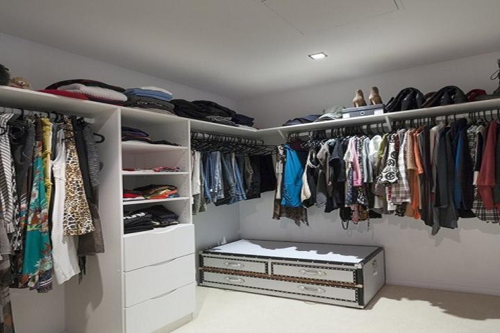 Kleiderschrank-Check Stylistin Karin Krings: begehbarer Kleiderschrank